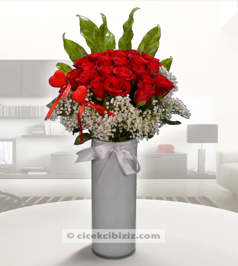 Silindir Vazoda Kırmızı Güller