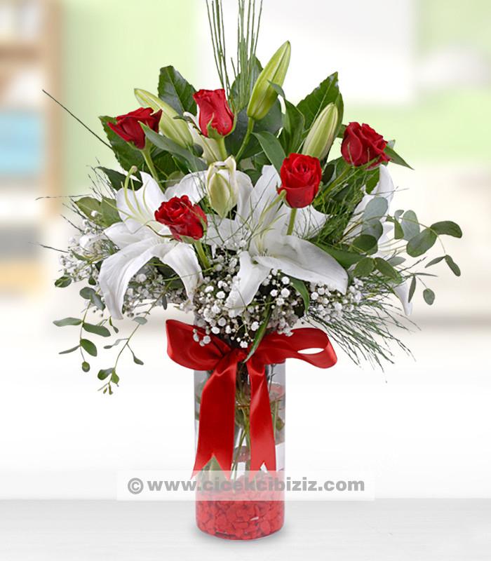 Lilyum Çiçeği ve Kırmızı Güller