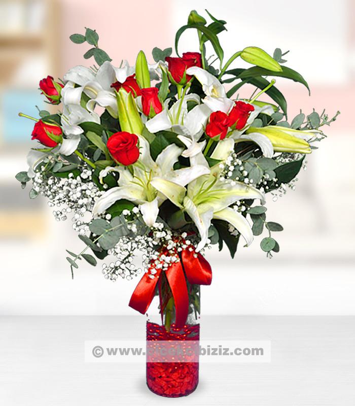 Kırmızı Gül ve Beyaz Lilyum Aranjmanı